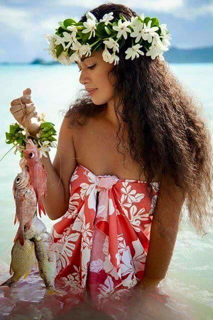 Tahitiennes avec sa couronne de fleurs sur cheveux entretenus avec du monoi